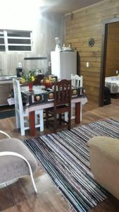 Chácara do Rosa, cabana baixa, sala cozinha